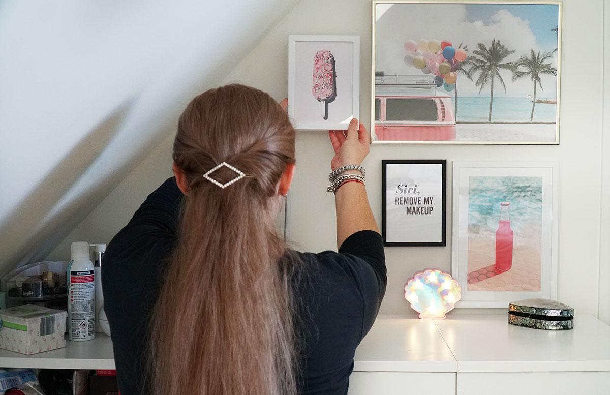 Bilderwand-mit-Hochzeitsbildern-und-Poster-schminktisch