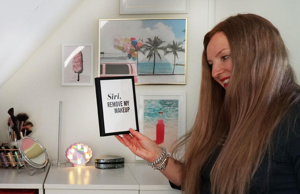 Bilderwand-mit-Hochzeitsbildern-und-Poster-siri-remove-my-makeup