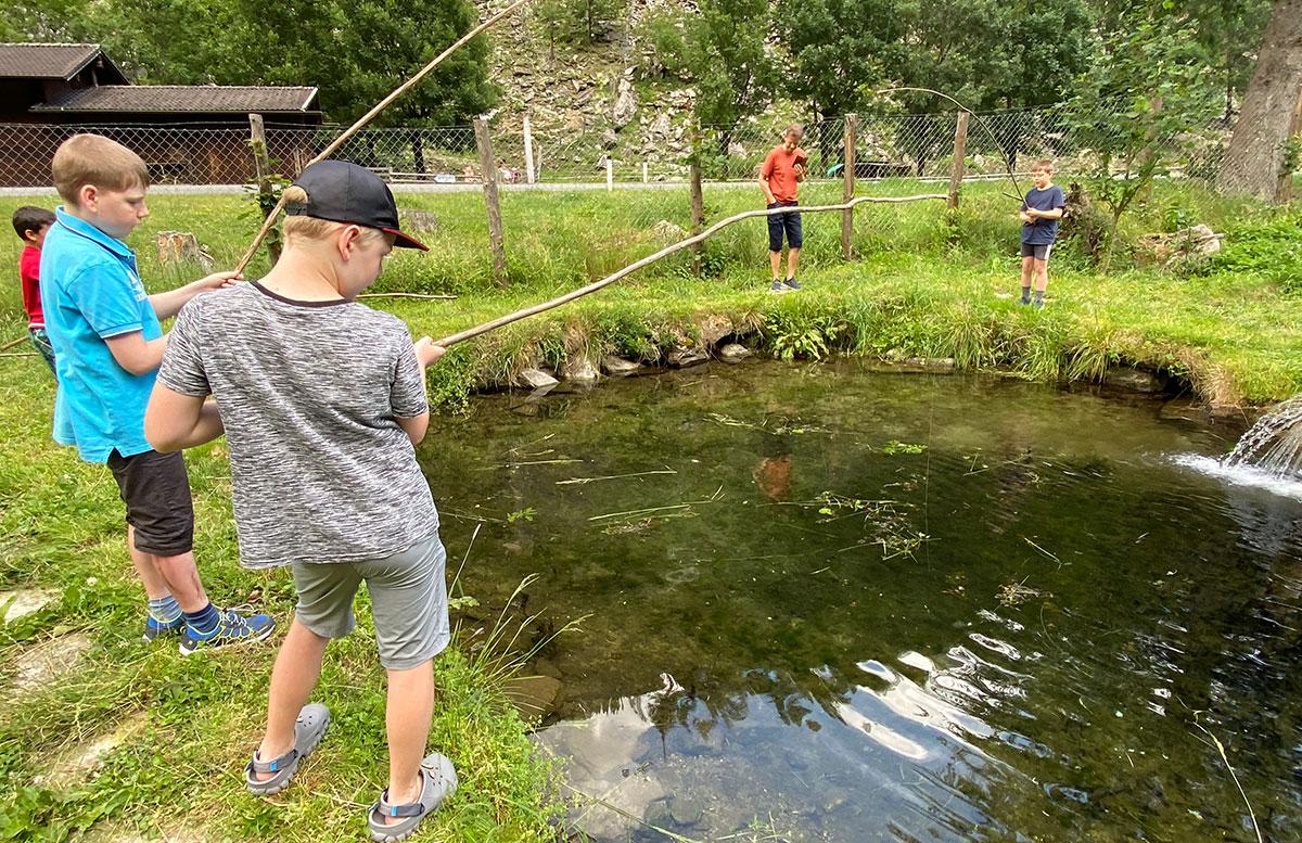 Bio-Kinderhotel-Benjamin-in-Malta-in-Kärnten.angeln-beim-teich