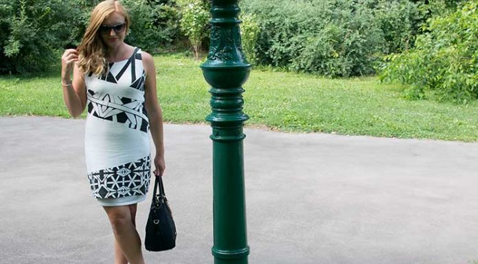 Black-and-White-outfit-in-the-summer-beine-überkreuzend