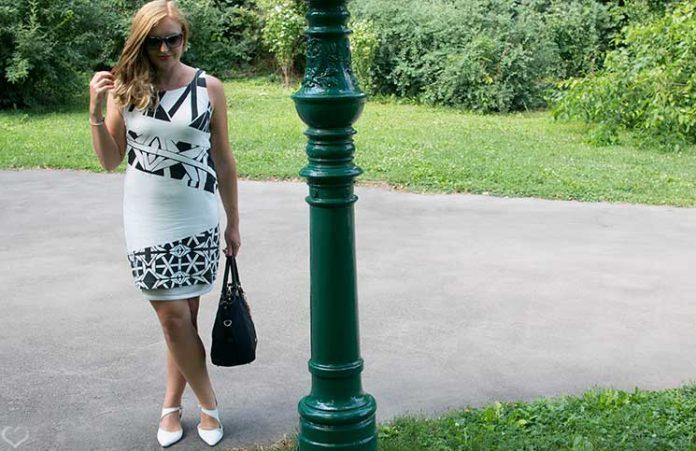 Black-and-White-outfit-in-the-summer-beine-überkreuzend