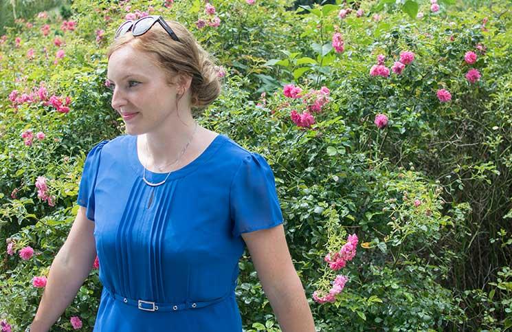 Blau-in-blau-und-weiße-Punkte-blaues-kleid
