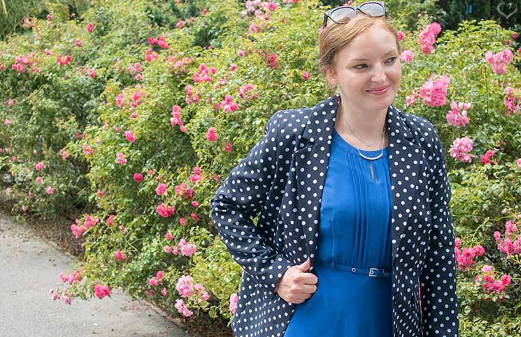 Blau-in-blau-und-weiße-Punkte-blazer-mit-tupfen