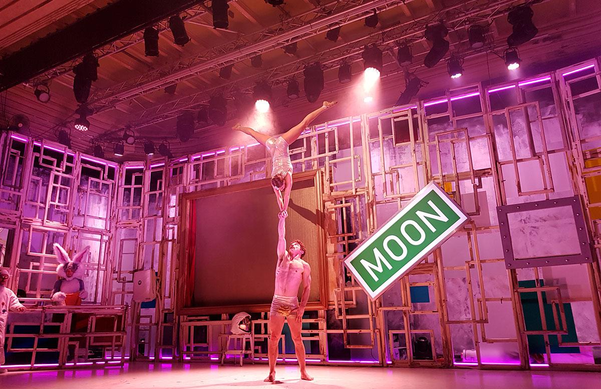 CHAMÄLEON-New-Circus-Berlin---MEMORIES-OF-FOOLS-akrobaten-show