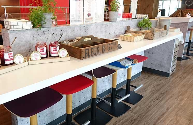 City-Trip-nach-linz-ins-ars-electronica-frühstück-ibis-hotel-bar