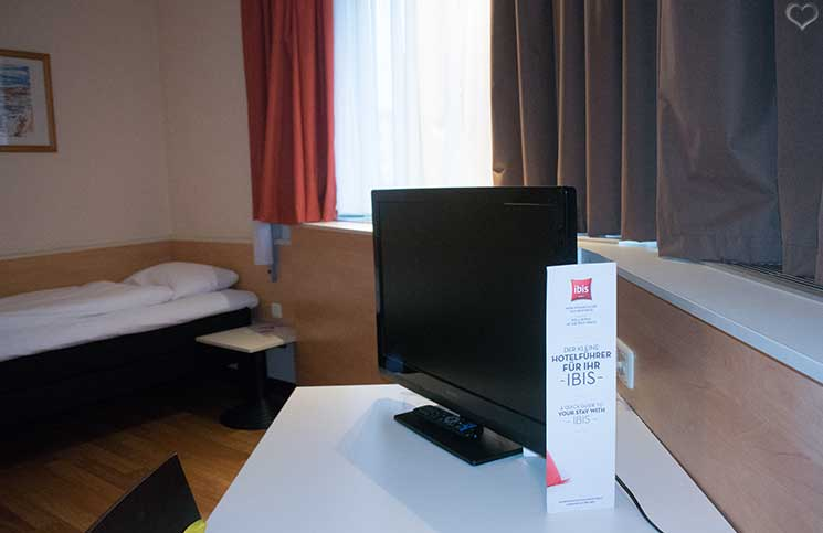 City-Trip-nach-linz-ins-ars-electronica-frühstück-ibis-hotel-flachbildschirm-und-bett