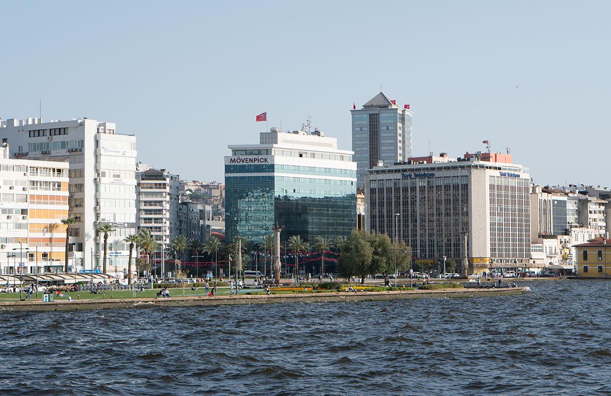Das-5-Sterne-Mövenpick-Hotel-in-Izmir-hotel-vom-wasser-aus