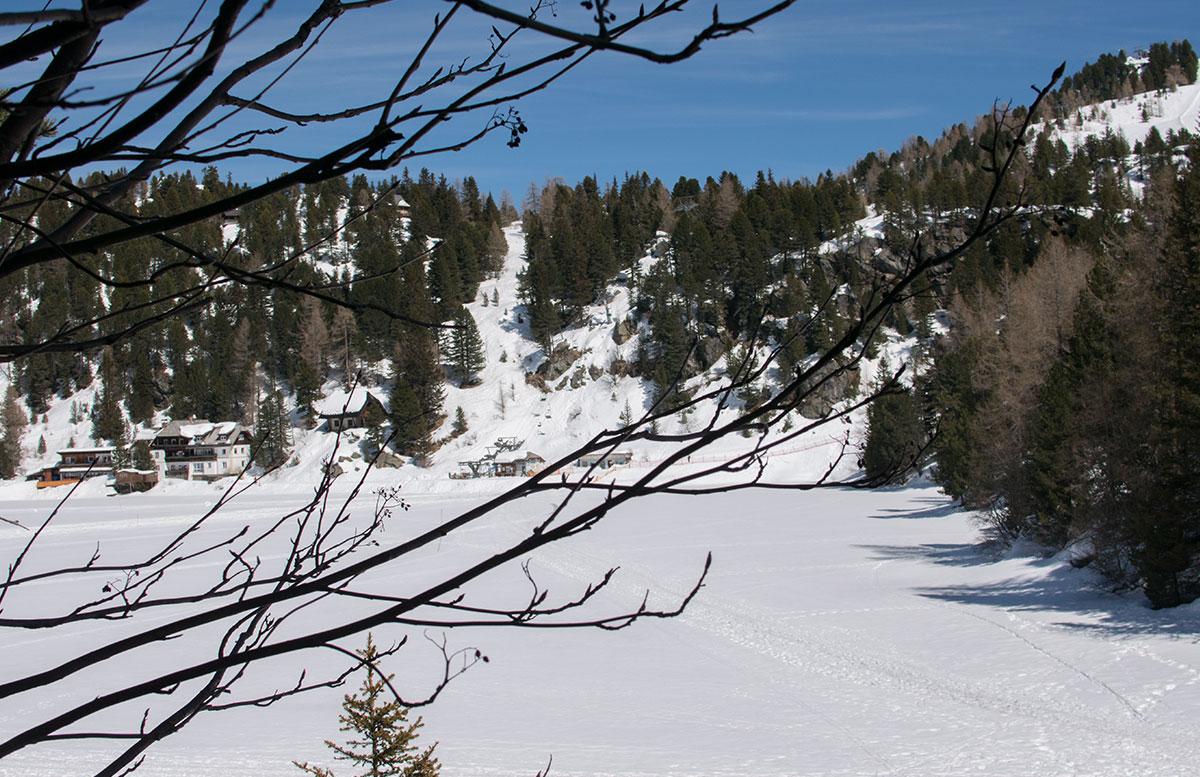 Das Hotel Hochschober auf der Turracher Höhe in Kärnten haus schneelandschaft