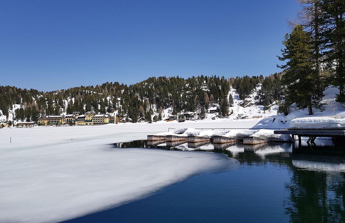 Das-Hotel-Hochschober-auf-der-Turracher-Höhe-in-Kärnten-gefrorene-see