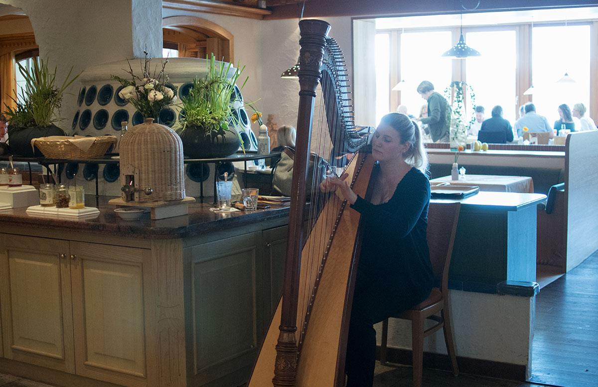 Das Hotel Hochschober auf der Turracher Höhe in Kärnten essbereich frühstück harfenspielerin