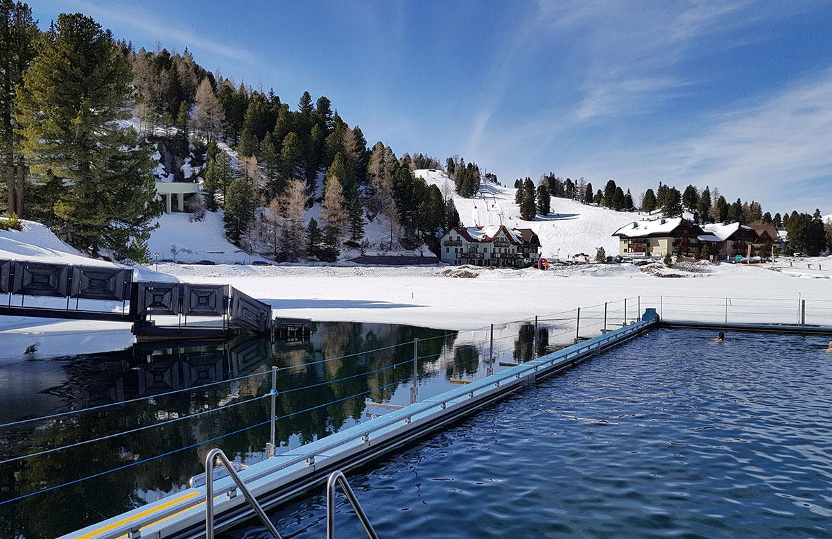Das-Hotel-Hochschober-auf-der-Turracher-Höhe-in-Kärnten--seebad-und-zugefrorener-see