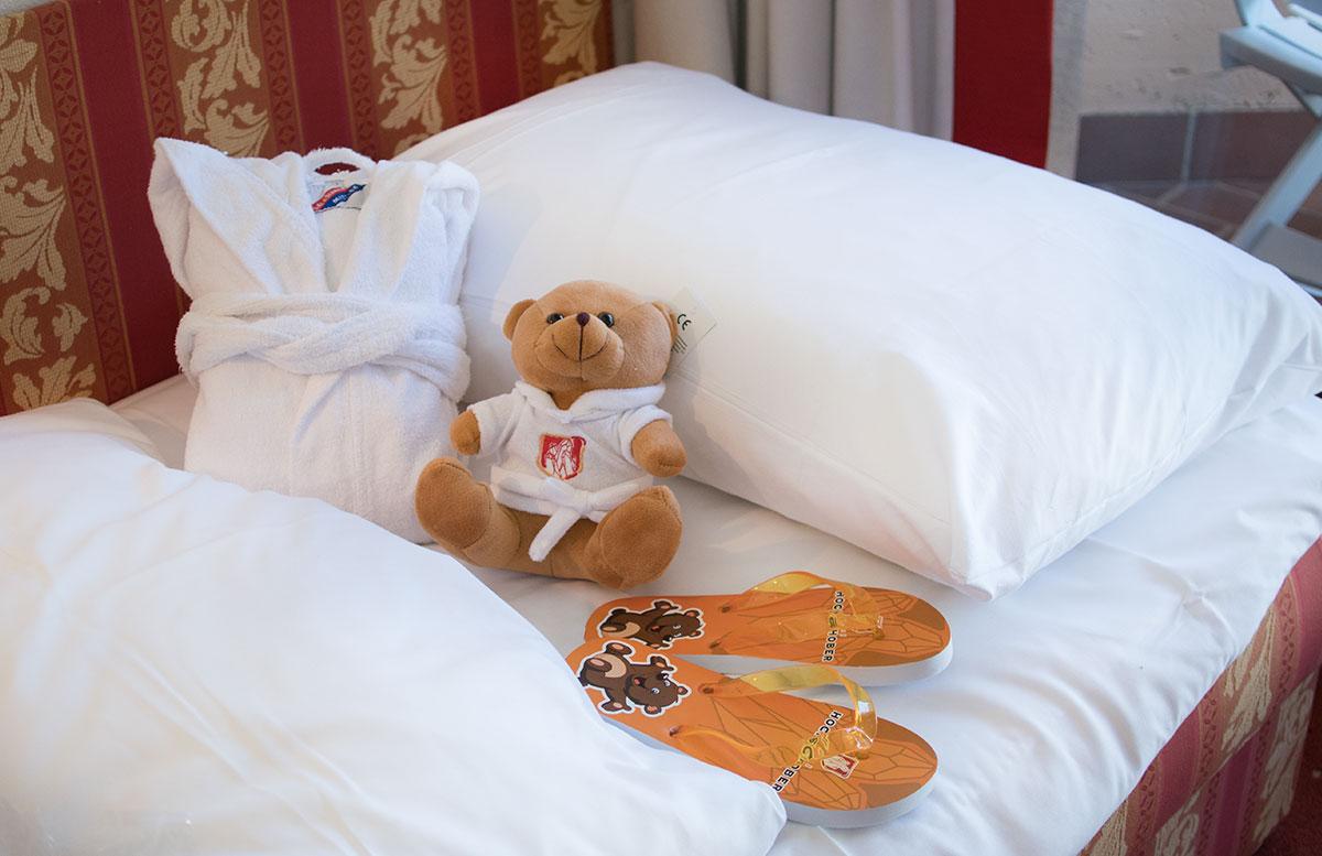 Das-Hotel-Hochschober-auf-der-Turracher-Höhe-in-Kärnten--zimmer-bademäntel