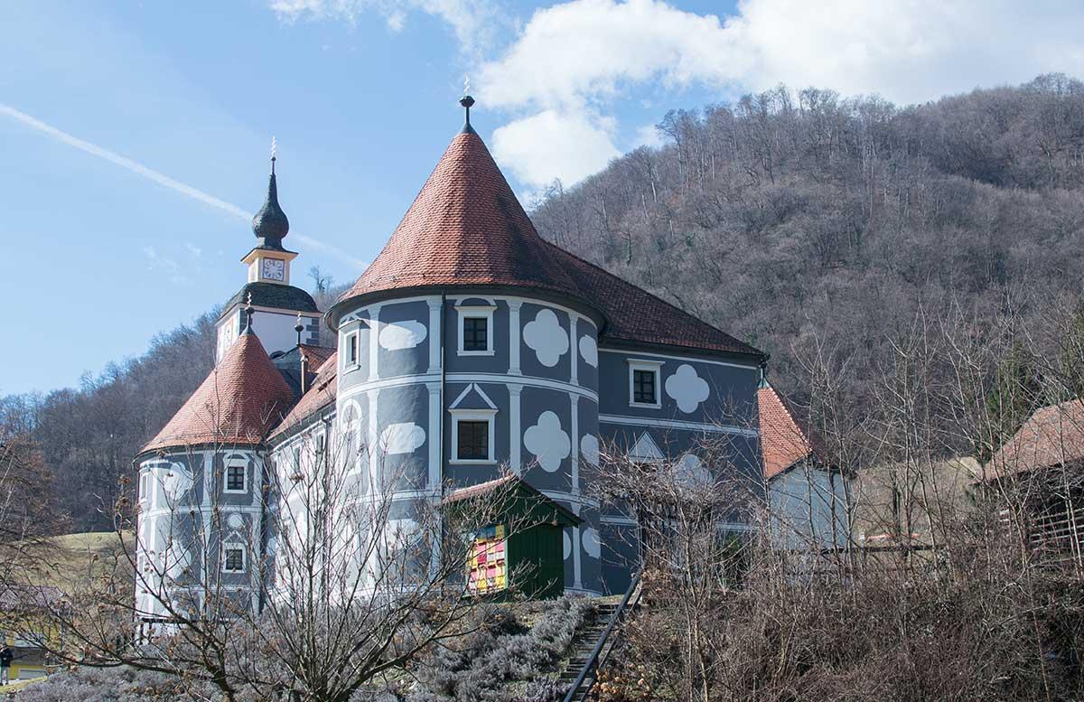 Das Kloster in Olimje und die Hirschfarm Jelenov Greben ansicht von der ferne