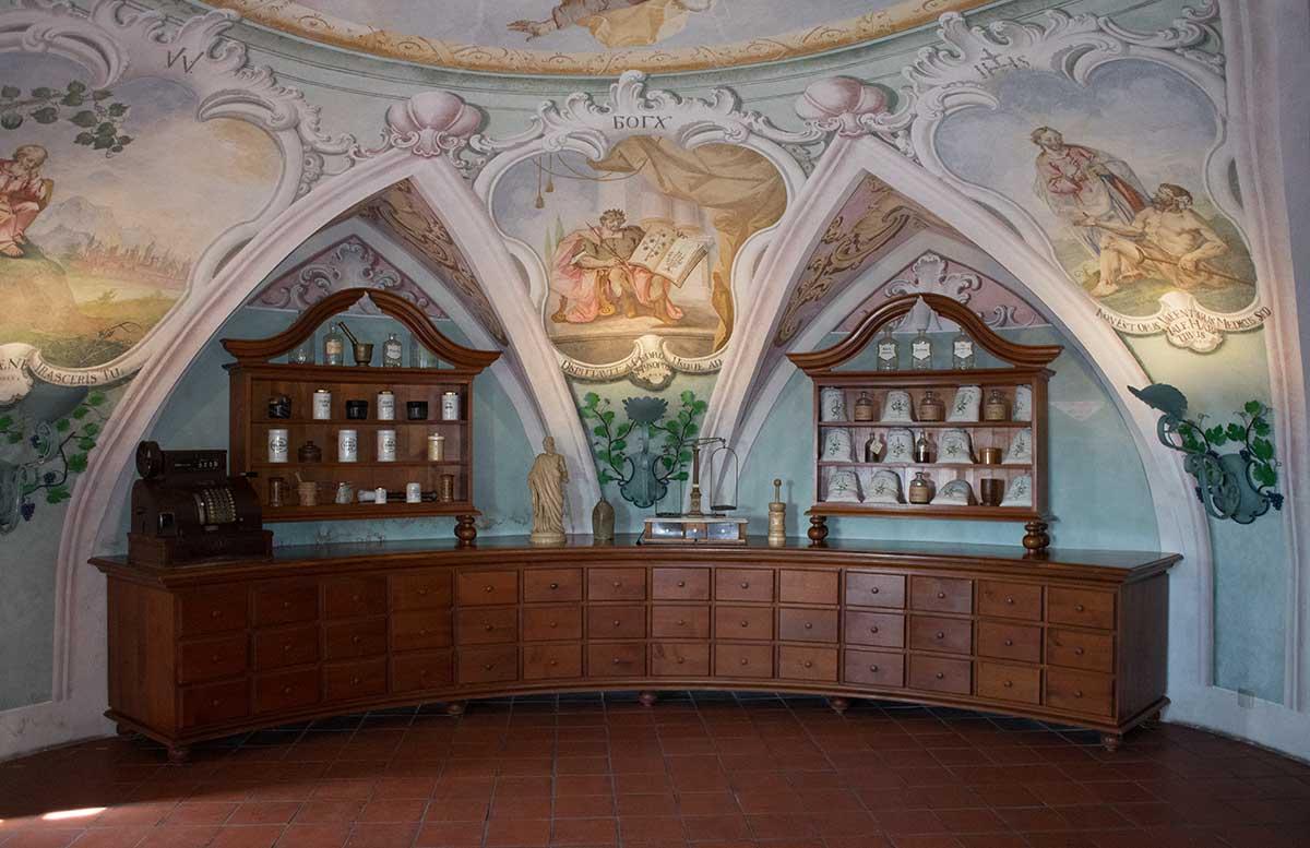 Das-Kloster-in-Olimje-und-die-Hirschfarm-Jelenov-Greben-krankenzimmer-apotheke