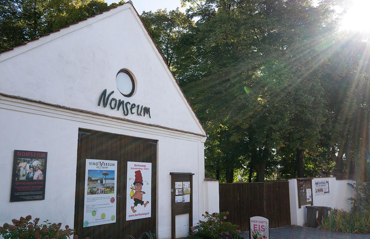 Das-Nonseum-und-das-Museumsdorf-Niedersulz-im-Weinviertel-eingang