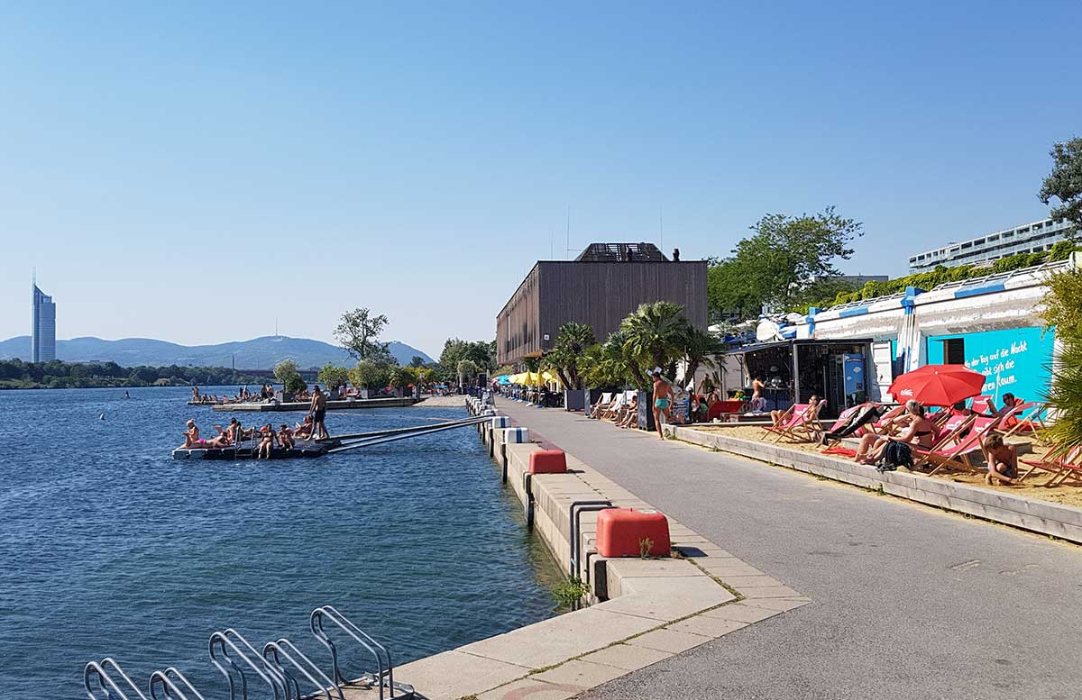 Der Copa Beach Urlaubsfeeling in Wien blick auf die Donau strandfeeling