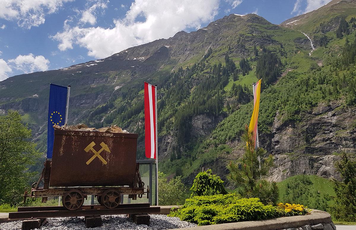 Der-Gasteiner-Heilstollen-und-die-Alpentherme-Gastein-im-heilstollen-vor-der-tür