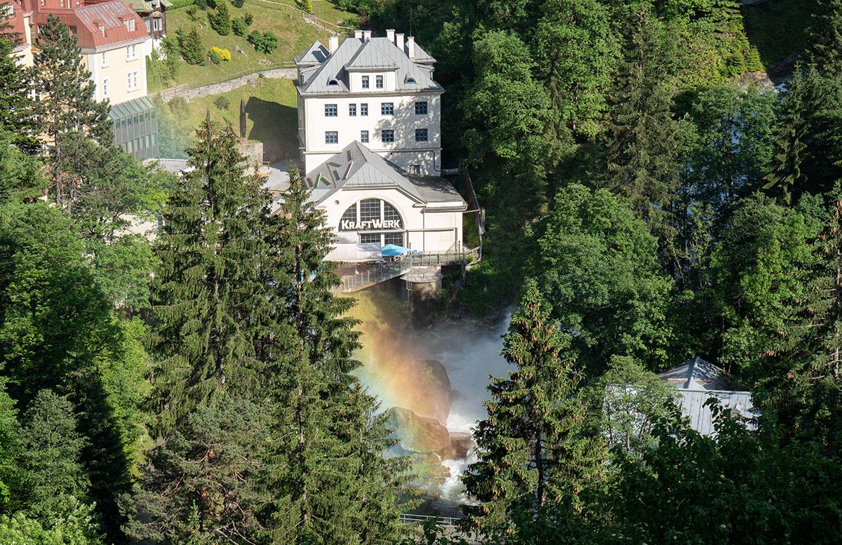 Der-Gasteiner-Heilstollen-und-die-Alpentherme-Gastein-regenbogen-im-wasser