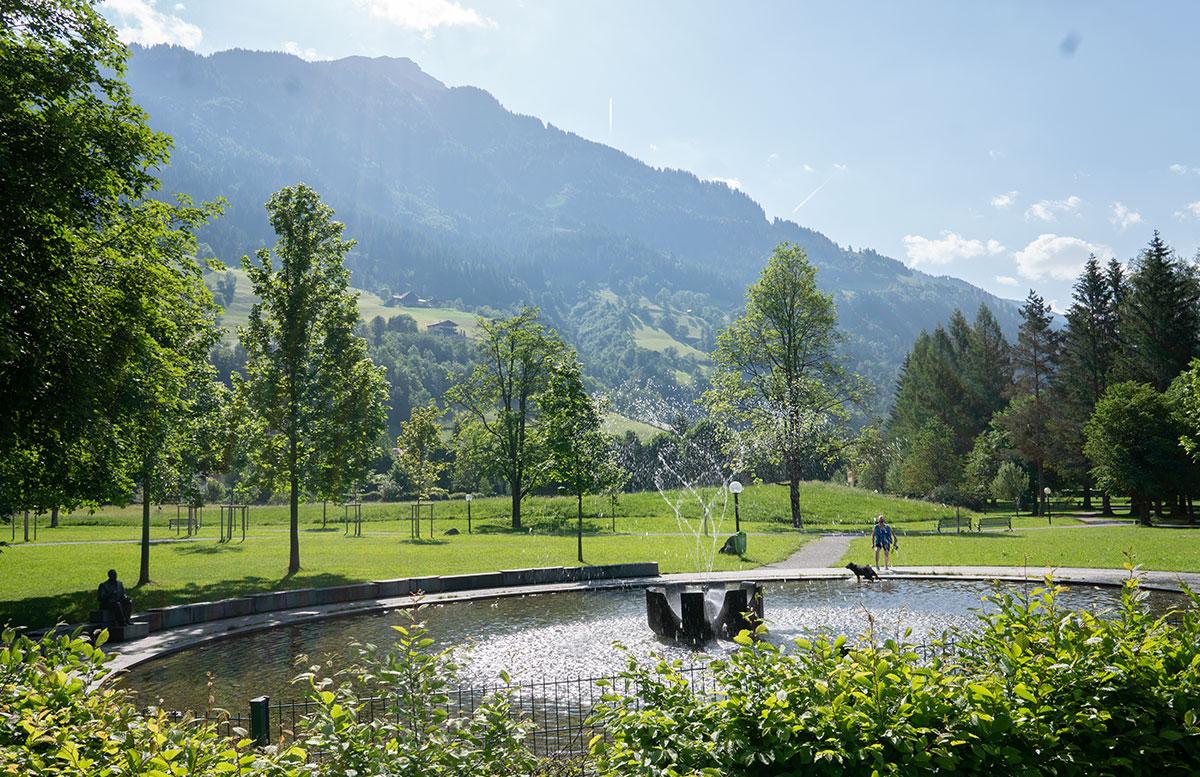 Der-Gasteiner-Heilstollen-und-die-Alpentherme-Gastein-teich-spaziergang