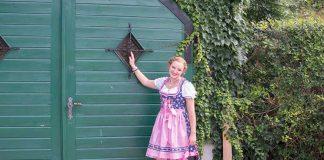 Der-Neustifter-Kirtag-in-Wien-Outfit-grünes-tor