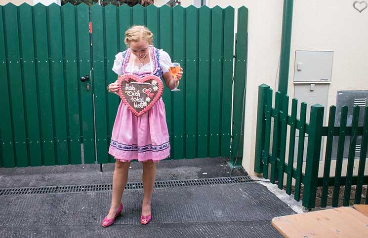 Der-Neustifter-Kirtag-in-Wien-Outfit-lebkuchen-herz