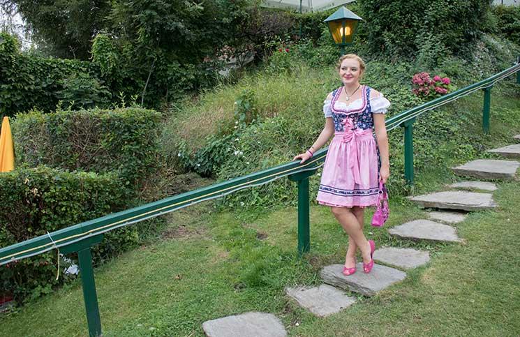 Der-Neustifter-Kirtag-in-Wien-Outfit-stehend-treppchen
