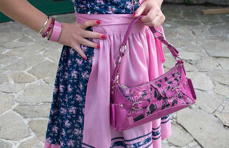 Der-Neustifter-Kirtag-in-Wien-Outfit-tasche-schürze