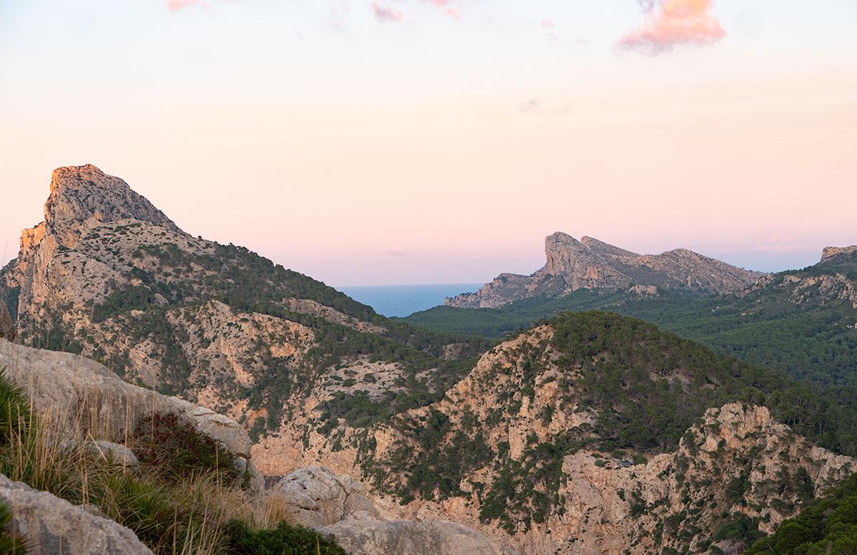 Der-goldene-Herbst-in-Mallorca-Ausflug-zum-Cap-Formentor-rosa-himmel