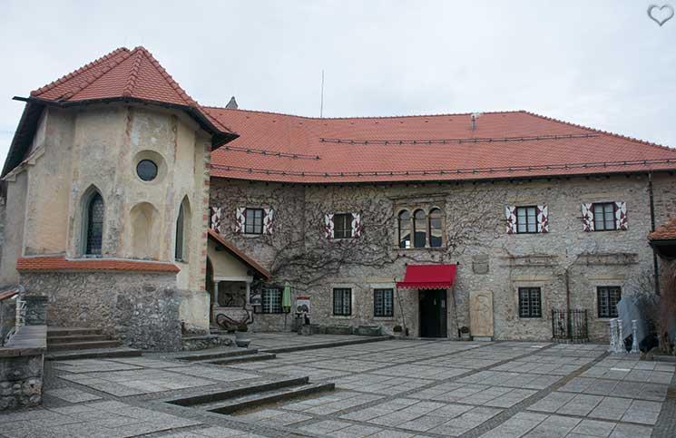 Die-Burg-Bled-und-Luxus-Camping-in-Ljubno-burg-bled-innenhof