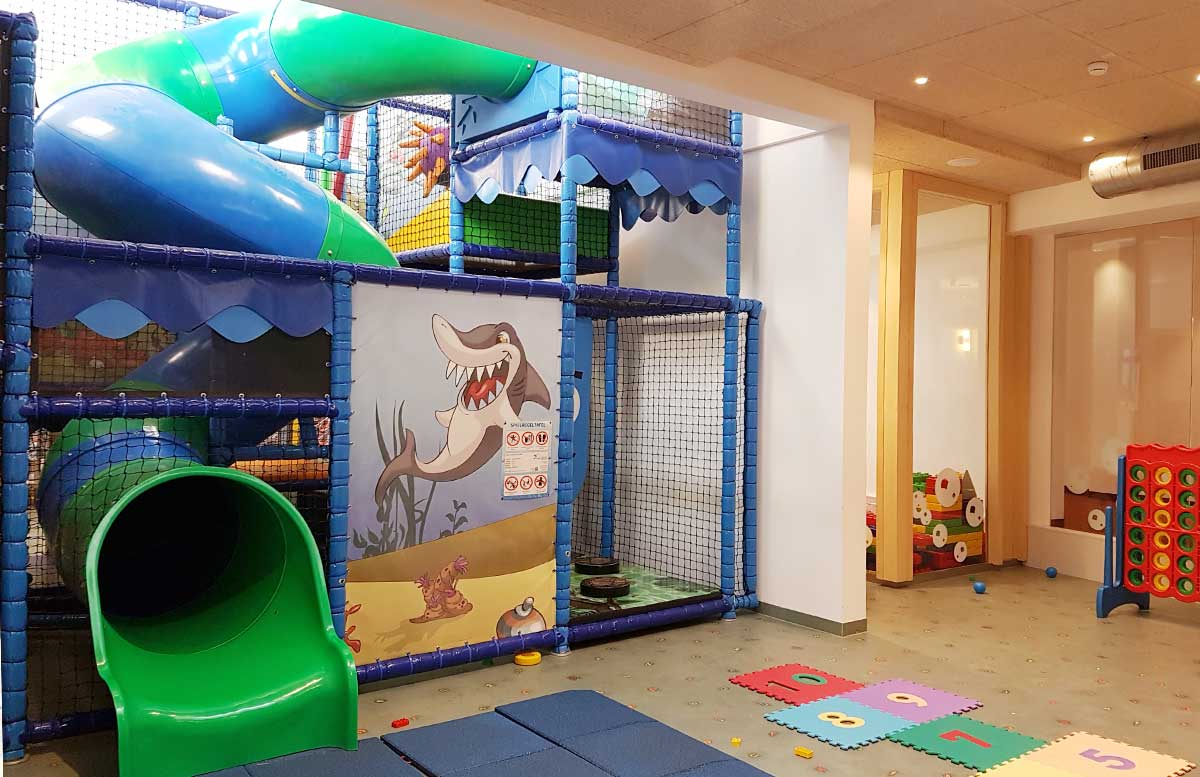 die-h2o-therme-und-hotel-in-bad-waltersdorf-kinderspielraum-rutschen