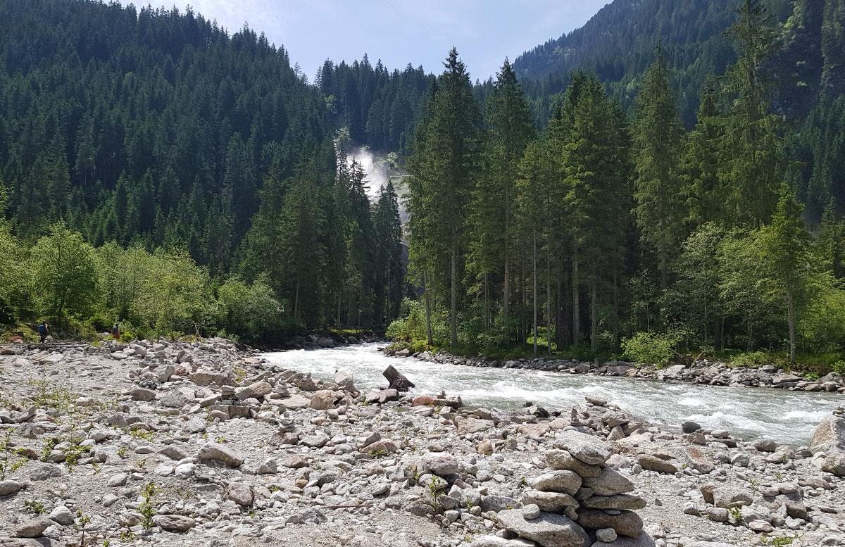 Die-Krimmler-Wasserfälle---die-größten-Wasserfälle-Europas-blick-nach-oben
