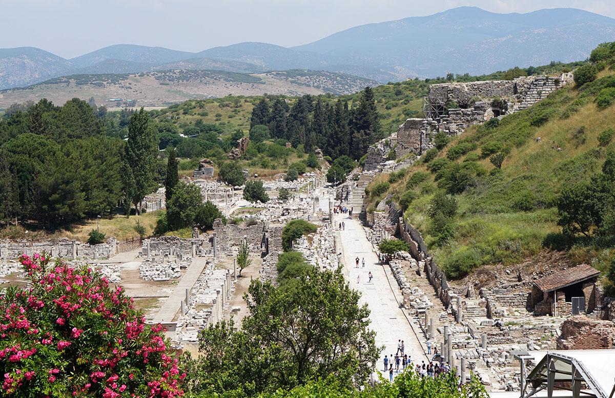 Die Ruinen von Ephesos nachts beleuchtete straße