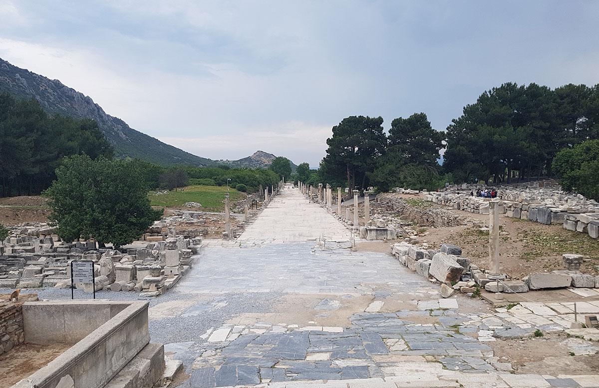 Die Ruinen von Ephesos nachts beleuchtete straße detail