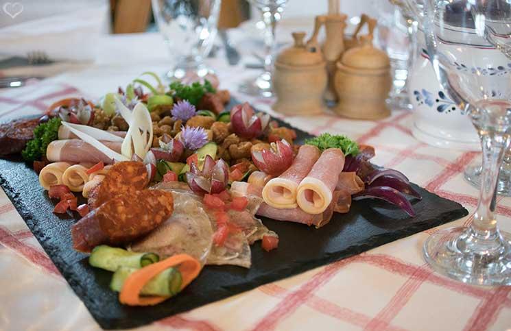 Die Therme Bükfürdo und Restaurant Tipps für Bük-restaurant-Rigótanya-wurstplatte