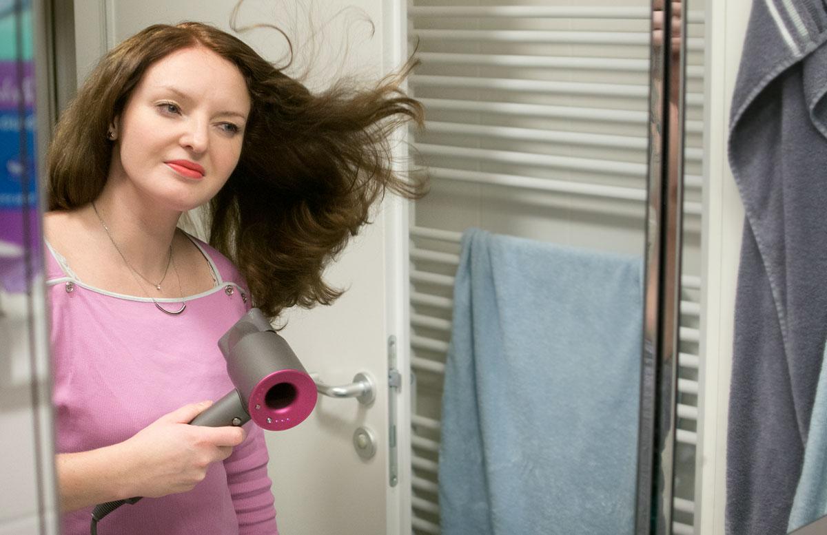 Dyson Supersonic Haartrockner vicky beim föhnen
