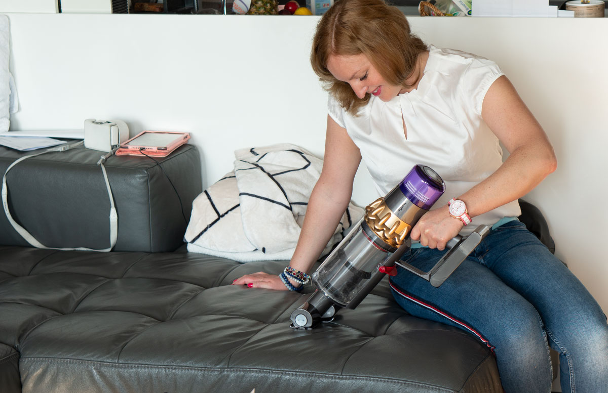 Dyson-V11-Absolute-Pro-Staubsauger-vicky-saugt-couch-2