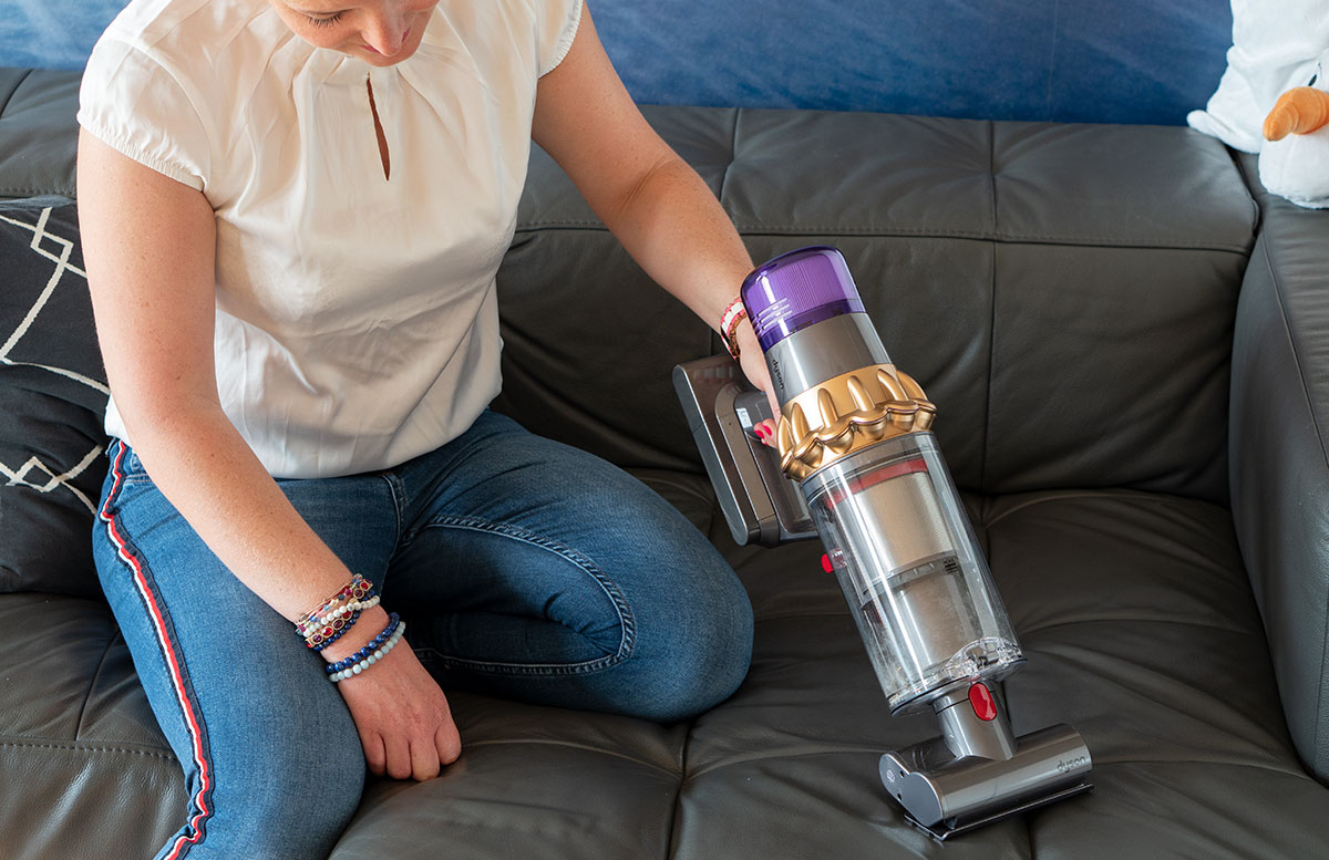 Dyson-V11-Absolute-Pro-Staubsauger-vicky-saugt-couch-detail