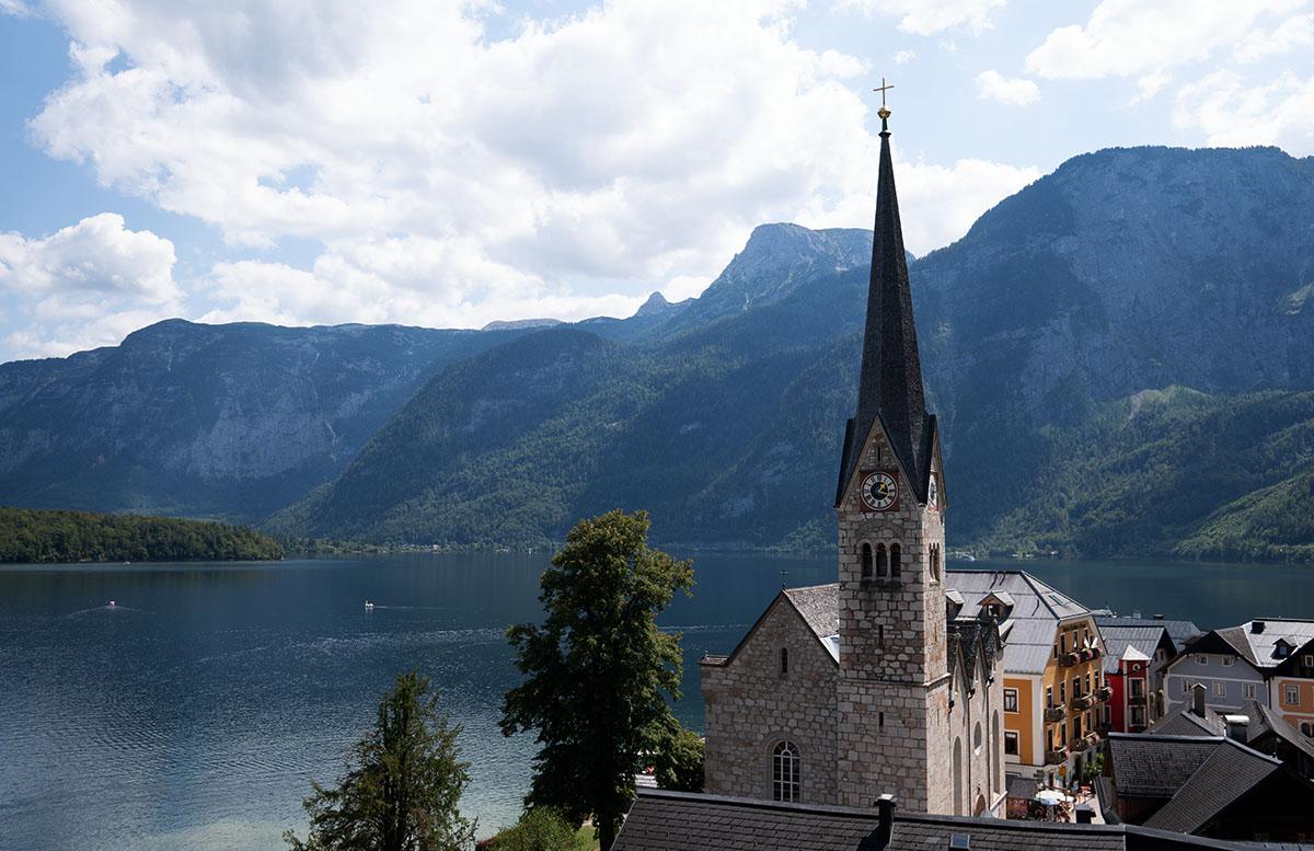 Ein Spaziergang durch Hallstatt im Salzkammergut schwäne kirche