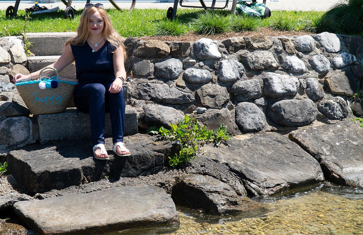 Endlich-ist-der-Sommer-da-Ausflug-zum-Traunsee-sitzend-auf-treppe