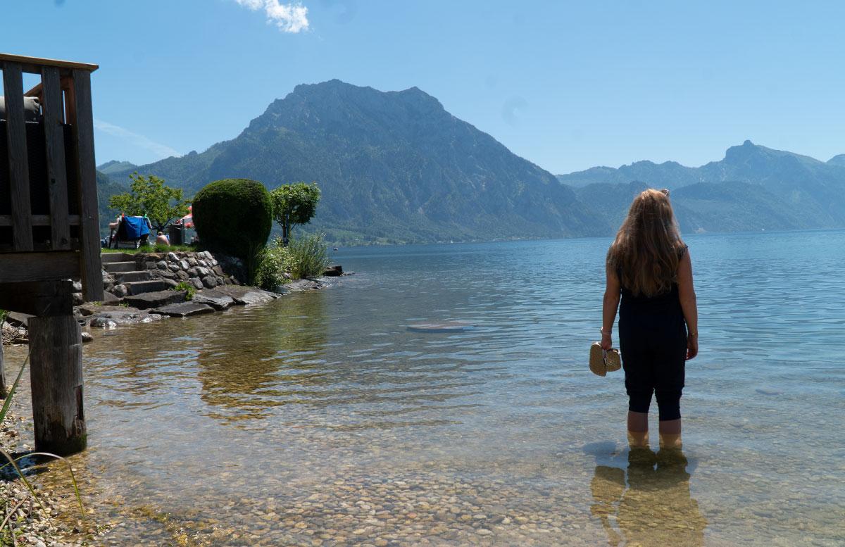 Endlich-ist-der-Sommer-da-Ausflug-zum-Traunsee-sitzend-im-wasser-von-hinten
