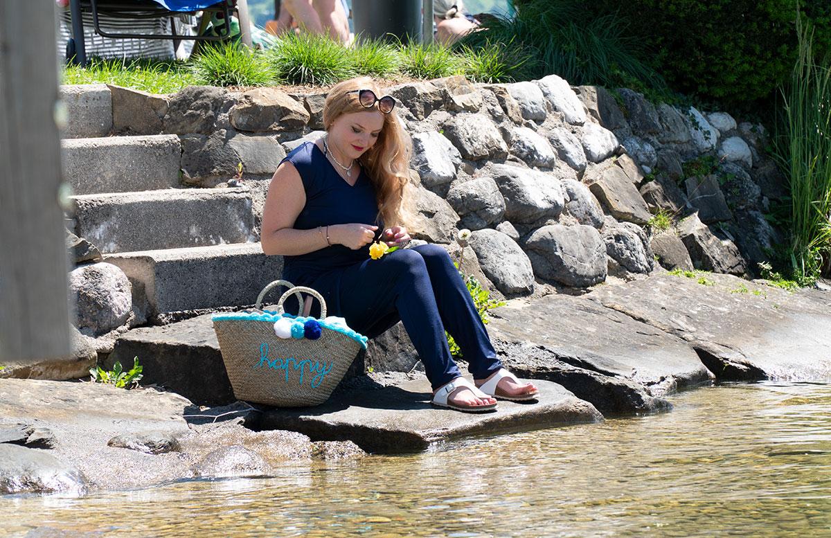 Endlich-ist-der-Sommer-da-Ausflug-zum-Traunsee-sitzend-nachdenklicher-blick