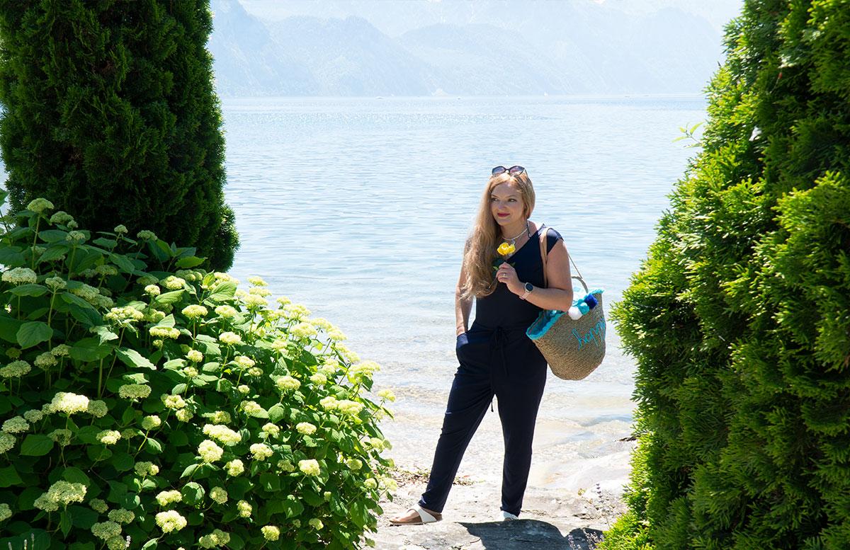 Endlich-ist-der-Sommer-da-Ausflug-zum-Traunsee-stehend-mit-rose