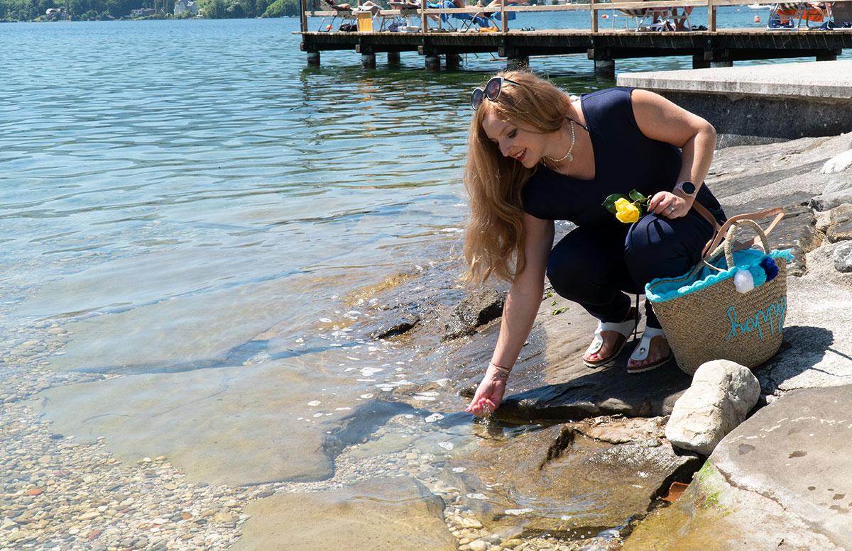 Endlich-ist-der-Sommer-da-Ausflug-zum-Traunsee-wasser-in-der-hand