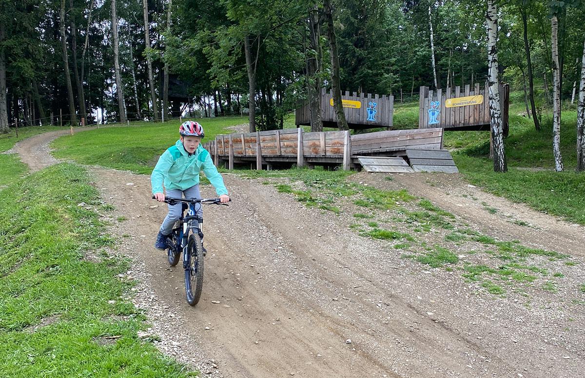 Erlebnisarena-in-St.-Corona-Sommerrodeln-Motorikpark-und-Biken-lenny-fährt
