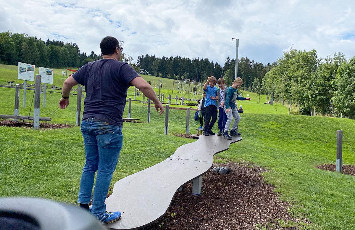 Erlebnisarena-in-St.-Corona-Sommerrodeln-Motorikpark-und-Biken-wippe