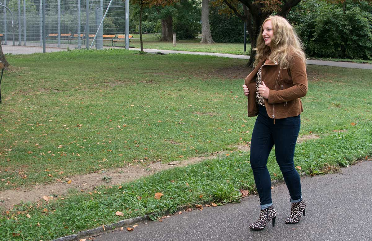 Esmara by Heidi Klum Kollektion outfit detail lederjacke gehend