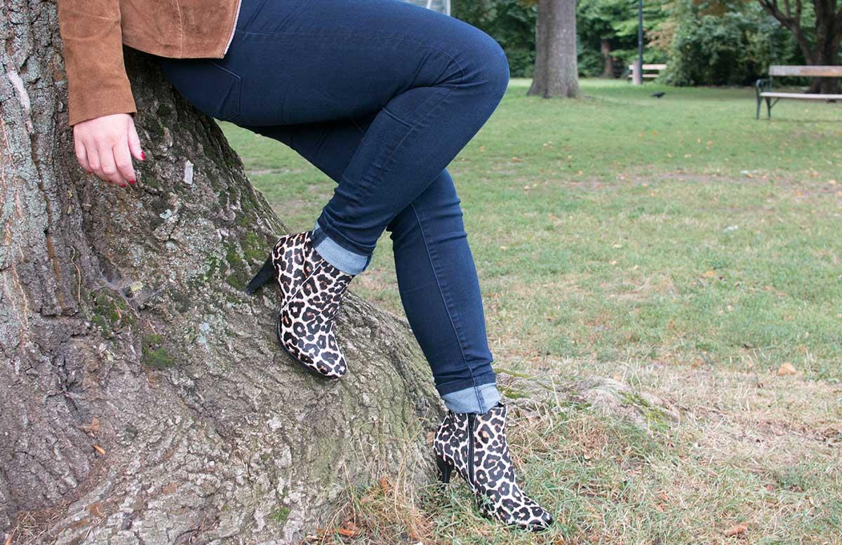 Esmara by Heidi Klum Kollektion lehnend am baum detail stiefeletten