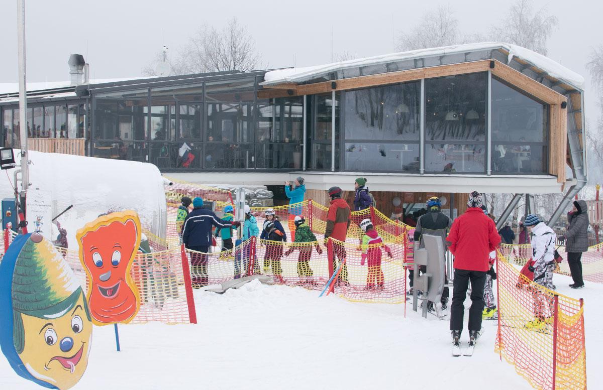 Familienausflug-Skifahren-in-St.-Corona-am-Wechsel-anstellen-beim-lift