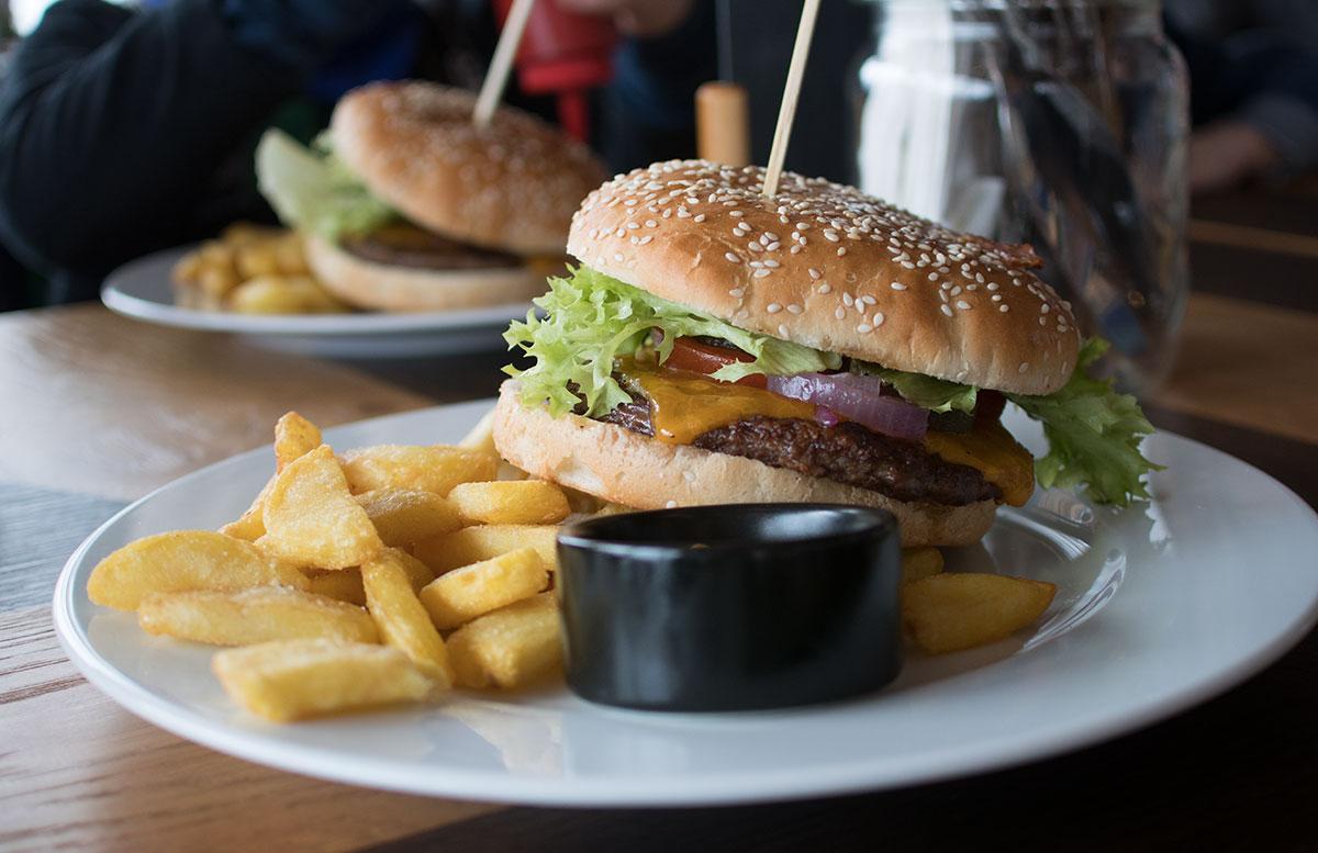 Familienausflug-Skifahren-in-St.-Corona-am-Wechsel-burger-essen