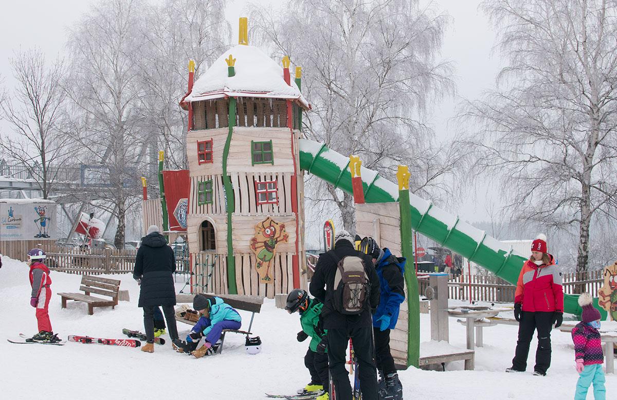 Familienausflug-Skifahren-in-St.-Corona-am-Wechsel-spielplatz